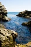 Marée de mer entre les roches Photo libre de droits
