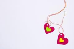 Marée de papier de deux coeurs à une ficelle sur un fond blanc Image libre de droits