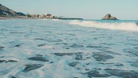 Marée des vagues sur la plage banque de vidéos