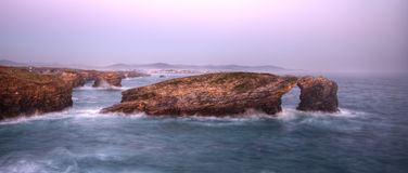 Marée haute sur la plage célèbre de Las Catedrales Photo stock