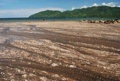 Marée inférieure à une plage sablonneuse Photographie stock libre de droits