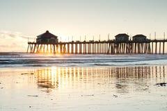 Marée inférieure de coucher du soleil de pilier de Huntington Beach Images stock