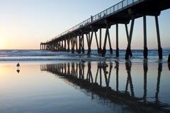 Marée inférieure de coucher du soleil de pilier de plage de Hermosa Photographie stock libre de droits