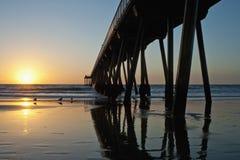 Marée inférieure de coucher du soleil de pilier de plage de Hermosa Photographie stock