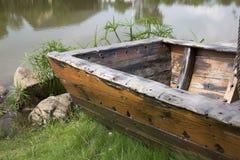 Marée inférieure et bateau motorisé en bois Photo libre de droits