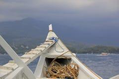 Marée inférieure et bateau motorisé en bois Image libre de droits