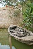 Marée inférieure et bateau motorisé en bois Photo stock