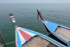 Marée inférieure et bateau motorisé en bois Photographie stock libre de droits