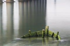 Marée inférieure et bateau motorisé en bois Photographie stock