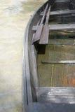 Marée inférieure et bateau motorisé en bois images libres de droits
