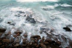 Marées d'océan contre des roches Photographie stock libre de droits