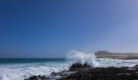 Mar áspero com a montanha na Espanha das Ilhas Canárias da praia de Corralejo Foto de Stock