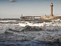 Mar áspero com o cais em whitby Imagens de Stock