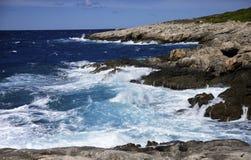 Mar áspero e ondas brancas no penhasco, arquipélago de Tremiti Apulia, Italy fotos de stock royalty free