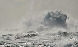Mar áspero na costa Imagens de Stock