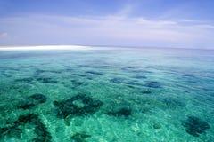 Mar aberto e barra de areia rasos Foto de Stock