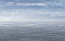 Mar abierto con el cielo nublado y Misty Horizon Imagen de archivo libre de regalías