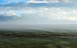 Mar abierto con el cielo nublado y Misty Horizon Foto de archivo