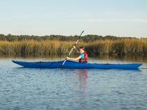 Mar adolescente de la muchacha kayaking Imágenes de archivo libres de regalías