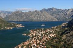Mar adriático, agua transparente en la bahía de Kotor Imagen de archivo libre de regalías