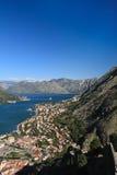 Mar adriático, agua transparente en la bahía de Kotor Imagen de archivo