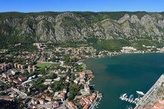 Mar adriático, agua transparente en la bahía de Kotor Fotografía de archivo