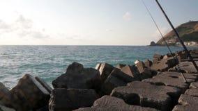 Mar adriático, Calabria, mar de Italia con el rompeolas con las nubes almacen de video