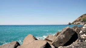 Mar adriático, Calabria, mar de Italia con el rompeolas con las nubes almacen de metraje de vídeo