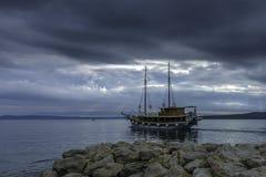 Mar adriático con la nave flotante - Brela, Croacia Imagen de archivo