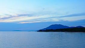 Mar adriático de la hora azul después de la puesta del sol Fotos de archivo libres de regalías