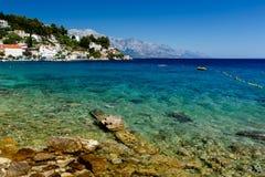 Mar adriático de la playa hermosa y de la turquesa transparente Fotos de archivo libres de regalías