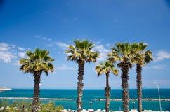 Mar adriático de la 'promenade' del terraplén en la ciudad de Bari, Puglia, meridional foto de archivo libre de regalías