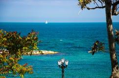 Mar adriático de la 'promenade' del terraplén en la ciudad de Bari, Puglia, meridional imágenes de archivo libres de regalías