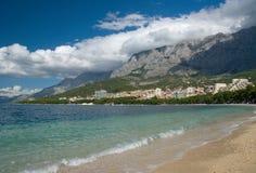 Mar adriático de la turquesa transparente cerca de Makarska Imagen de archivo libre de regalías