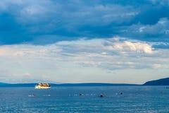 Mar adriático del paisaje marino dramático y barco solo Fotografía de archivo