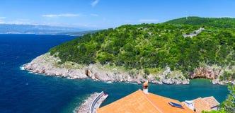 Mar adriático del verano de la tarde del paisaje de la costa costa romántica maravillosa del panorama El agua azul transparente c Fotos de archivo libres de regalías