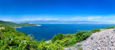 Mar adriático del verano de la tarde del paisaje de la costa costa romántica maravillosa del panorama El agua azul transparente c Imagenes de archivo