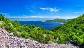 Mar adriático del verano de la tarde del paisaje de la costa costa romántica maravillosa del panorama El agua azul transparente c Foto de archivo