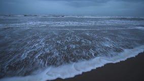 Mar adriático en la orilla de la playa con sus ondas de igualación almacen de video