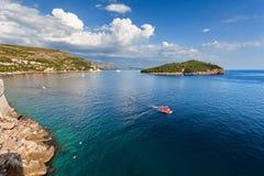 Mar adriático - playa de Dubrovnik y de la visión en la isla de Lokrum, Croacia Fotografía de archivo
