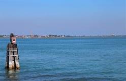 Mar adriático y la pequeña isla de Burano cerca de Venecia Imagen de archivo libre de regalías