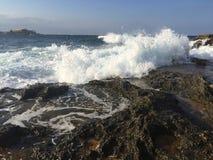 Mar agitado cerca de una roca Imagenes de archivo