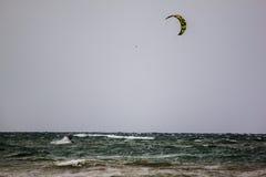 Mar agitado con el windsurfist, Italia, segunda Imagen de archivo