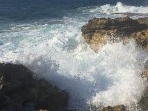 Mar agitado en la costa Imagenes de archivo