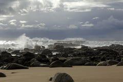 Mar agitado en la costa Fotos de archivo