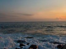 Mar agitado en la puesta del sol Fotografía de archivo