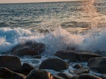 Mar agitado en la puesta del sol Foto de archivo libre de regalías