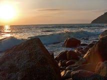 Mar agitado en la puesta del sol Imagen de archivo