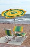 mar agitado y la playa con un paraguas en el viento con dos de Fotos de archivo