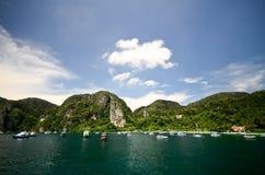 Mar agradável com fundo da montanha Imagem de Stock